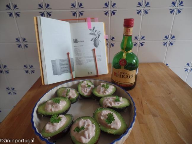 Avocados gevuld met Licor Beirão-saus en garnaaltjes