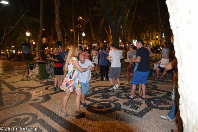 Dansende mensen op de Avenida da Liberdade