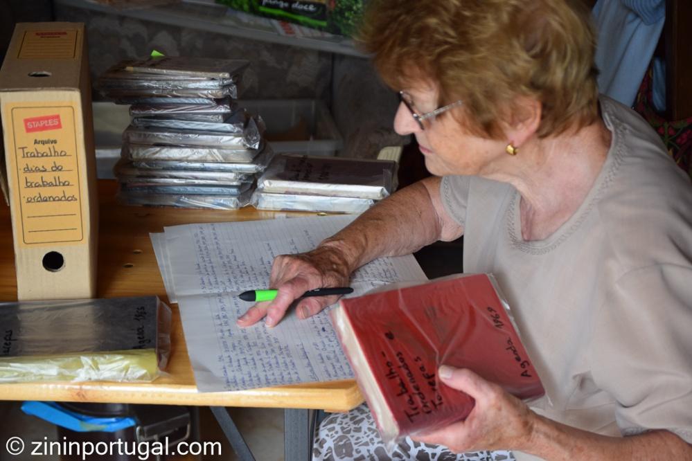 Mama bezig met archief